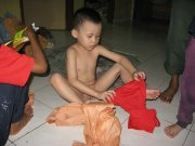 anak melipat baju